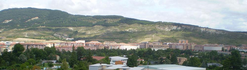 Panorámica del barrio del norte de Pamplona con el Monte Ezcaba o San Cristóbal al fondo, visto desde el mirador del Redín.
