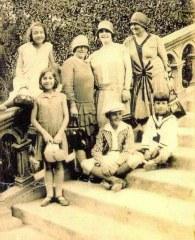 Vicenta Ripodos de Etchehoun con sus hijos