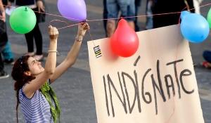Cientos de 'indignados' continúan acampados en la plaza del Arriaga