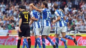 Los jugadores de la Real felicitan a Agirretxe por su gol en el partido de la primera vuelta.