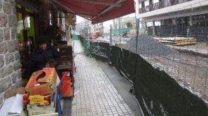 Una clienta sale de uno de los comercios de la calle Matxin de Artzu que cerrarán una semana desde mañana