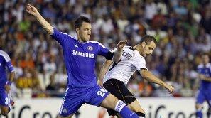 El delantero del Valencia Roberto Soldado (i) lucha con el defensa del Chelsea John Terry.