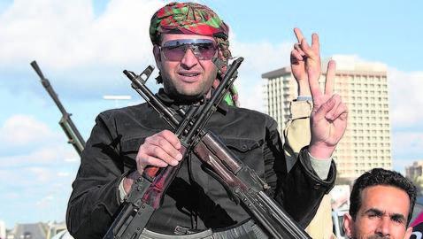 Milicianos libios desfilan por las calles de Trípoli en vísperas del aniversario de la revolución