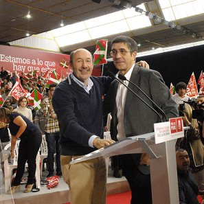 López, recibiendo ayer el apoyo de su jefe de filas en el acto de campaña del PSE en Vitoria.