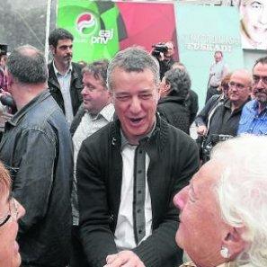 Iñigo Urkullu saluda a una simpatizante en un acto electoral ayer en Donostia.