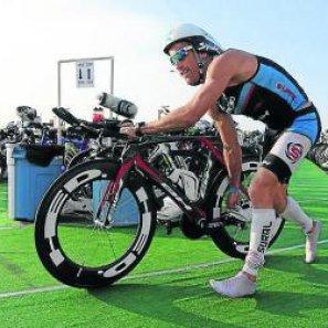 Llanos, como en 2011, no pudo completar el Ironman hawaiano.