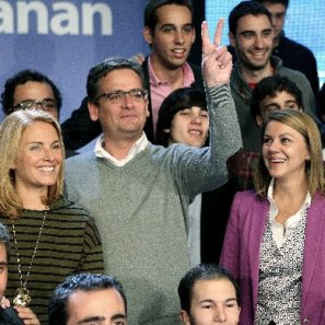 Quiroga, Basagoiti y De Cospedal rodeados de militantes del PP, ayer en Donostia.