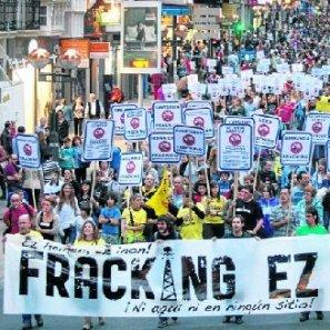 Miles de personas transitan por la calle Paz durante la manifestación del pasado sábado contra el 'fracking'.