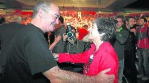 Laura Mintegi saluda a Martín Garitano, diputado general de Gipuzkoa, momentos antes del mitin que celebró EH Bildu el pasado sábado en el BEC de Barakaldo.