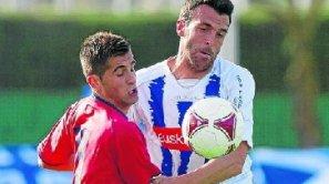Rubén Negredo disputa un balón con un defensa de Osasuna Promesas.