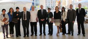 El embajador de Venezuela en España, Bernardo Álvarez  –5º izda.– , acompañado por el presidente de Confebask, Miguel Ángel Lujua, posó con algunos de los asistentes al encuentro.