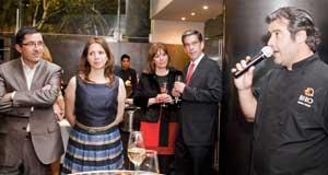 Itzel Olague -2ª por izda.-, escucha las palabras del chef Bruno Oteiza.