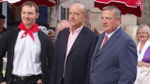 David Mugica, presidente de la euskal etxea; el alcalde de Burdeos, Alain Juppé; y Julián Celaya.