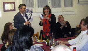 Manuel Prado entrega un agasallo a alcaldesa Nuria Marín.