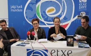 Harkaitz Cano, Mari Jose Olaziregi, Aizpea Goenaga y Mikel Ayerbe, presentando el programa.