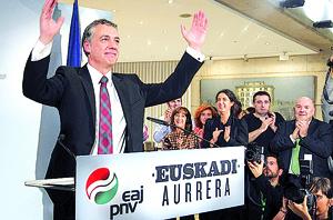 Iñigo Urkullu celebra el triunfo del PNV en las elecciones vascas.