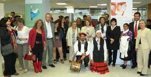 Ana Urchueguia, con algunos de los asistentes y participantes en el acto.