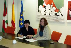 Ana Urchueguia y Maite Sasía, durante la firma del convenio.