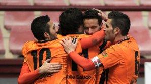Borja Viguera es felicitado por sus compañeros tras anotar el tanto de la victoria.