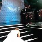 Caída de Jennifer Lawrence al recoger el Oscar a la Mejor Actriz.