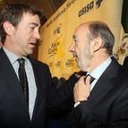 Roberto Jiménez y Alfredo Pérez Rubalcaba, en un encuentro en el Fórum Europa en Madrid.