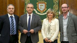 Enrique Maya recibe a la nueva junta directiva de la Federación de Casas Regionales en Navarra.