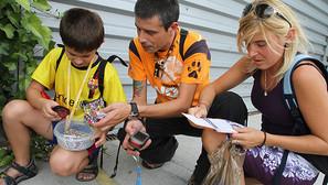 Jon Yuba (i), hijo de Fermín y Adela, familia navarra que practica el geocaching.