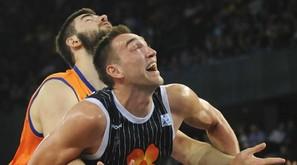Axel Hervelle y Bojan Dubljevic luchan por la posición en la matinal de ayer en Miribilla.