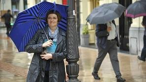 Carmen Santos posa junto a una farola y bajo un paraguas, 'a la bilbaina'.bilbaina