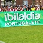 Jugadores del Athletic y del Portugalete posan con la pancarta en favor de Ibilaldia 2013 que se celebrará en la localidad jarrillera.