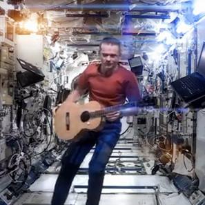Épica versión de David Bowie en el espacio.