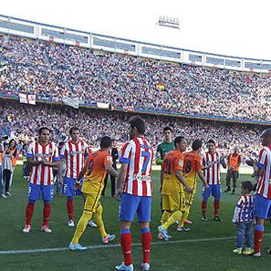 Los jugadores del Atlético de Madrid, realizando el pasillo a los del Barcelona.