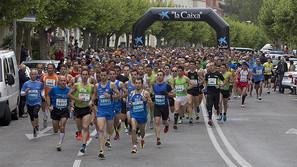 La multitudinaria asistencia al maratón de las primeras zancadas en la avenida de Galicia de Pamplona.