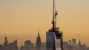 Vista de los trabajos de colocación de una aguja en lo alto del edificio One World Trade Center de Nueva York (Estados Unidos)