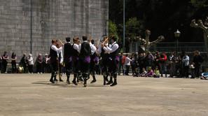 Los Danzantes de Otsagabia durante su actuación ayer.