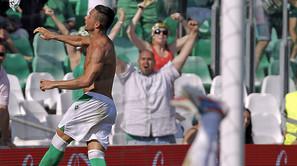 Rubén Castro lanza la camiseta a la grada, con Varas en el suelo.