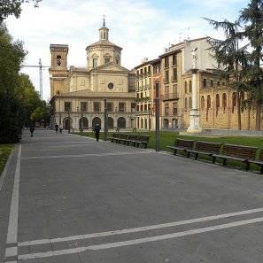 El paseo del doctor Arazuri, con el convento de las Salesas, a la derecha, y San Lorenzo, al fondo.