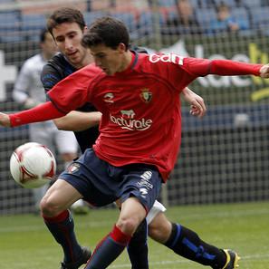 Omar lucha por un balón con un defensor rival.