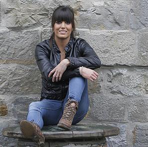 La atacante del Club Deportivo Waterpolo 9802, Miriam Erdozain, posa en la terraza del bar de la zona de Caballo Blanco.