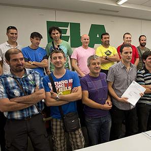 Trabajadores de ELA despedidos por Koxka en 2009, junto a responsables del sindicato en Navarra.