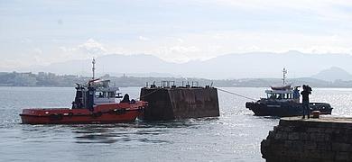 El traslado a flote de la compuerta del dique inicia la reforma del entorno de Gamazo