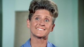 Ann B. Davis, en el papel de Alice.