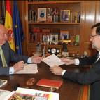 Este es el momento en que el rey ha entregado a Rajoy su documento de abdicación