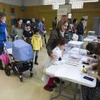 Varias personas esperan su turno para votar en el colegio Vázquez de Mella.