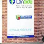 Una joven accede a las oficinas de Lanbide, que gestionan tanto las ayudas sociales como las demandas de empleo.