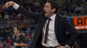 Ibon Navarro da instrucciones a sus jugadores.