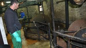 Un operario trabaja en el molturado de la oliva en el trujal de Lantziego. Fotos: P.J.P.