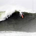 El surfista californiano Nic Lamb, ganador del torneo de olas gigantes de Getxo, cabalga una de las 'paredes' a las que se enfrentó.