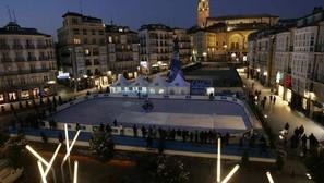 La pista de hielo de Vitoria, ubicada en la Virgen Blanca, se inauguró ayer.