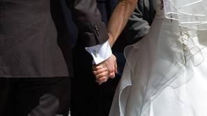 Imagen de una pareja de novios en el día de su boda.